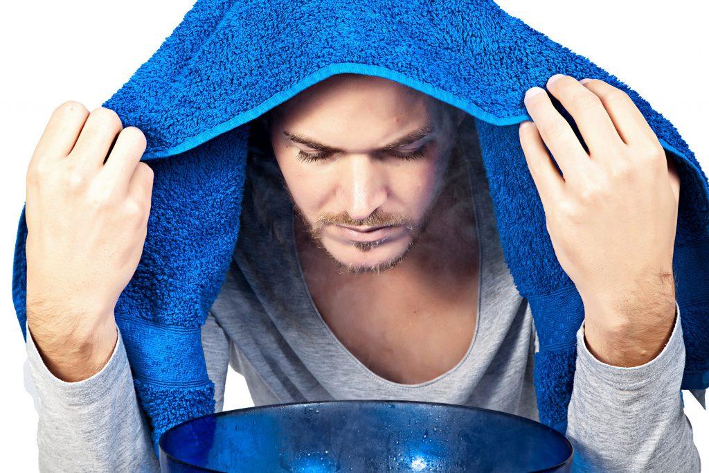 Inhalationen mit Heilkräutern oder Salz sind ein bewährtes Hausmittel gegen trockene Schleimhäute in Hals und Rachen. (Bild: closeupimages/fotolia.com)