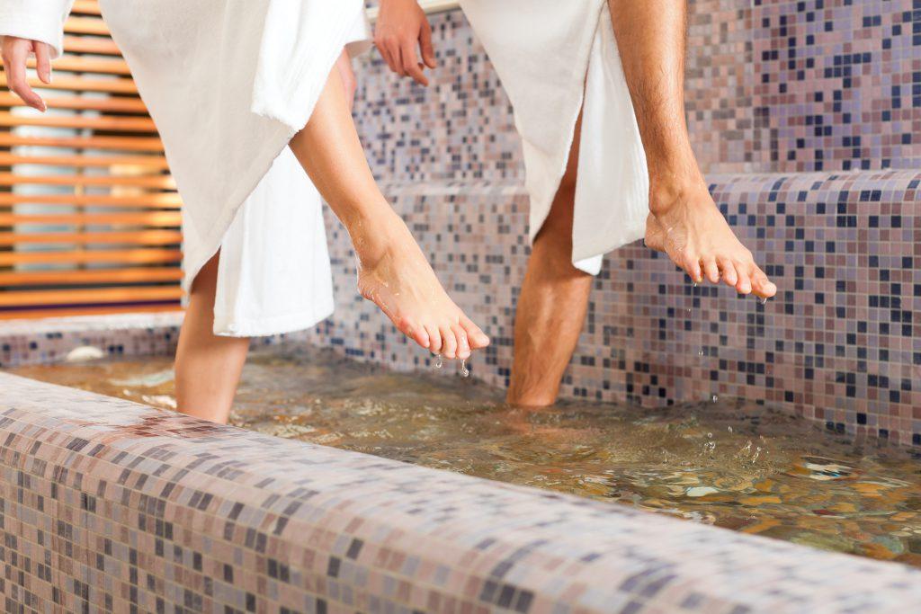 Wassertreten zur Therapie und Präventionen gegen Venenleiden. Bild: Kzenon - fotolia
