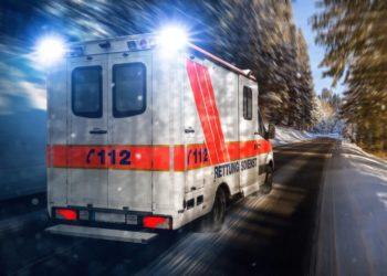 Besteht Verdacht auf einen Herzanfall, muss umgehend der Rettungsdienst gerufen und Erste Hilfe geleistet werden. (Bild: VanHope/fotolia.com)