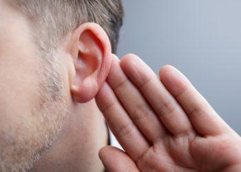 Ist die Schleimhaut der Ohrtrompete entzündet ( Tubenkatarrh) kann neben Ohrendruck z.B. auch eine  vorübergehende Schwerhörigkeit auftreten. (Bild: Brian Jackson/fotolia.com)