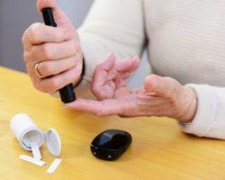 Patient mit Diabetes misst Blutzucker