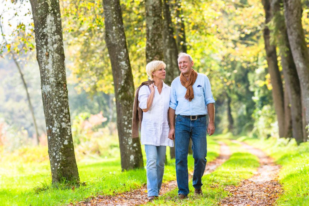 Älteres Paar spaziert