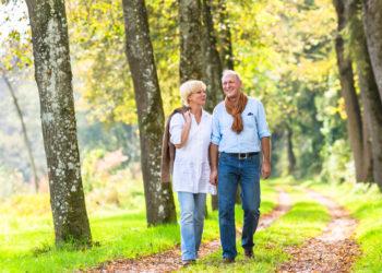 Oft reicht schon leichte Bewegung wie z.B. ein langer Spaziergang, um die Darmtätigkeit anzuregen. (Bild: Kzenon/fotolia.com)