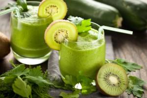 Vitamin C in Form von Präparaten oder Drinks. Vitamin C baut Histamin ab.