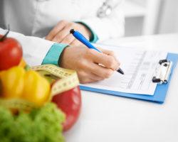 Um Übergewicht und Fettleibigkeit zu beheben, ist in der Regel eine Umstellung der Ernährung erforderlich. (Bild: Stasique/fotolia.com)