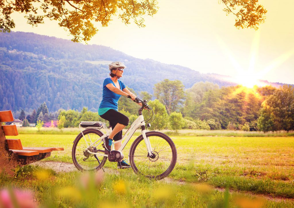 Radfahrern in der bergigen Landschaft