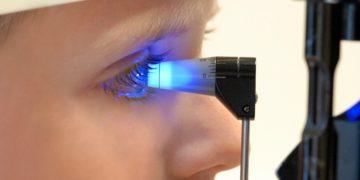Bei der Diagnose einer Augenentzündung kommen verschiedene Verfahren zum Einsatz, die von mikroskopischen Untersuchungen mittels einer sogenannten Spaltlampe bis hin zur Messung des Augeninnendrucks (Tonometrie) reichen. (Bild: jyleken/fotolia.com)