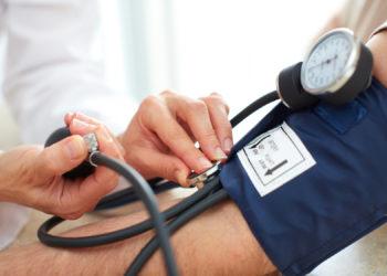 Regelmäßiges Blutdruck messen ist wichtig, um zu hohe Blutdruckwerte rechtzeitig erkennen und behandeln zu können. (Bild: Kurhan/fotolia.com)