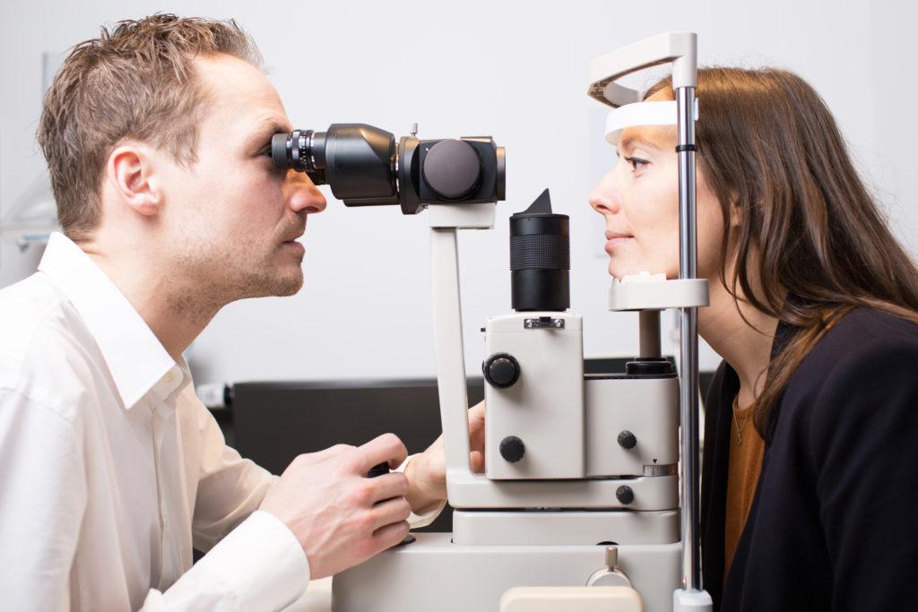 Bei anhaltendem Augenflimmern sollte dringend eine fachärztliche Untersuchung erfolgen. (Bild: Adam Gregor/fotolia.com)
