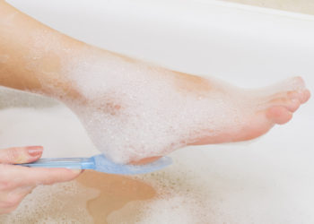 Durch regelmäßiges Entfernen trockener Stellen und entsprechender  Pflege können die Füße das ganze Jahr über vor starker Hornhautbildung geschützt werden. (Bild: Evgen/fotolia.com)