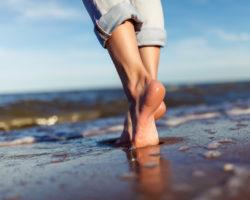 Barfuß am Strand entlang laufen
