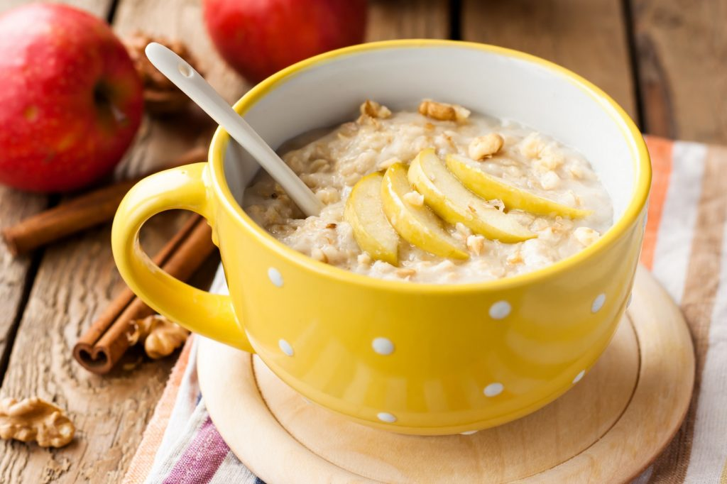 Gesundes Frühstück bei hohen Blutzucker-Werten:  Müsli mit Obst und Nüssen. (Bild: yuliiaholovchenko/fotolia.com)