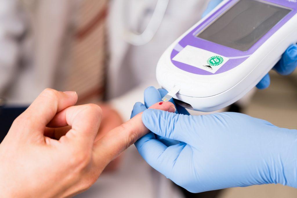 Durch ein spezielles Messgerät kann der Arzt schnell erkennen, ob ein erhöhter Blutzuckerspiegel vorliegt. (Bild: Kzenon/fotolia.com)