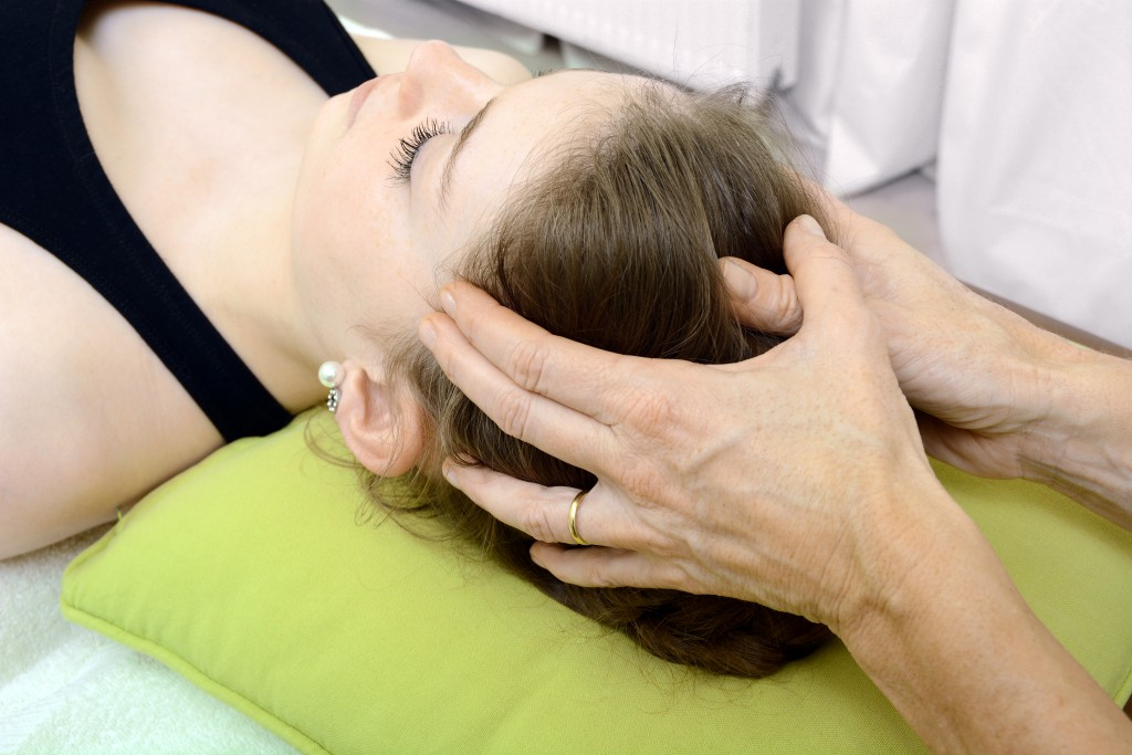 Kopfschmerzen am Hinterkopf: Ein Behandlungsbeispiel aus der Osteopathie. (Bild: Dan Race/fotolia.com)
