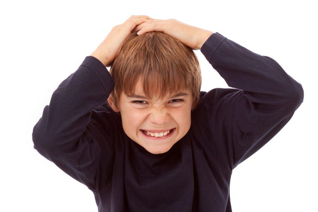 Nicht selten leiden auch Kinder unter starken Schmerzen im Bereich des Hinterkopfes. (Bild: Markus Bormann/fotolia.com)