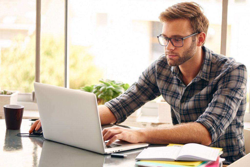 Spannungskopfschmerzen entstehen oft infolge erhöhter Anspannung, z.B. durch eine falsche oder immer gleiche Sitzposition bei der Arbeit. (Bild: nakophotography/fotolia.com)