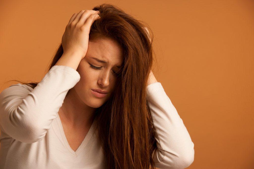 Die Schmerzen am Hinterkopf können durch einen Sturz oder infolge eines Unfalls auftreten. (Bild: Samo Trebizan/fotolia.com)