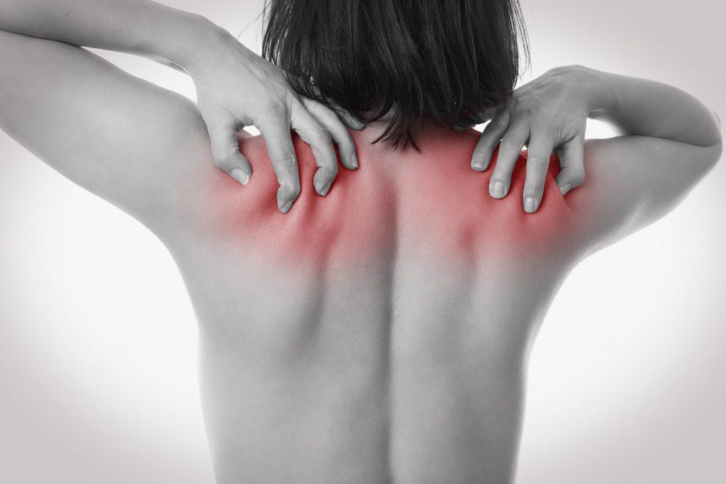 Bei der Zervikozephalgie gehen die Schmerzen von der Halswirbelsäule aus und ziehen bis in den Hinterkopf. (Bild: underdogstudios/fotolia.com)
