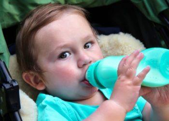 Kleinkind trinkt aus der Nuckelflasche