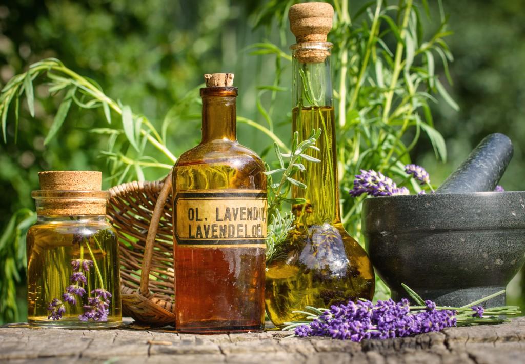 LAvendelzweig und Flaschen mit Lavendelöl