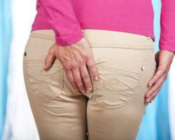 Schmerzen am After können im Alltag äußerst unangenehm werden und verschiedenste Ursachen haben. (Bild: absolutimages/fotolia.com)