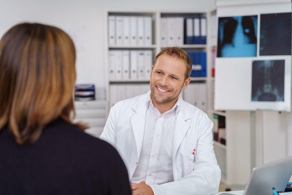 Bevor zur Behandlung des juckenden Hautausschlags natürliche Heilmittel eingesetzt werden, sollte immer ein Anamnesegespräch mit dem Arzt geführt werden. (Bild: contrastwerkstatt/fotolia.com)