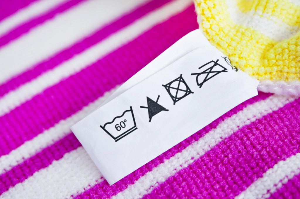 Im Falle der juckenden Hauterkrankung Krätze müssen sämtliche Textilien, Bettbezüge etc. die in Kontakt mit dem Betroffenen gekommen sind, bei mindestens 60 Grad gewaschen werden. (Bild: Pixelot/fotolia.com)