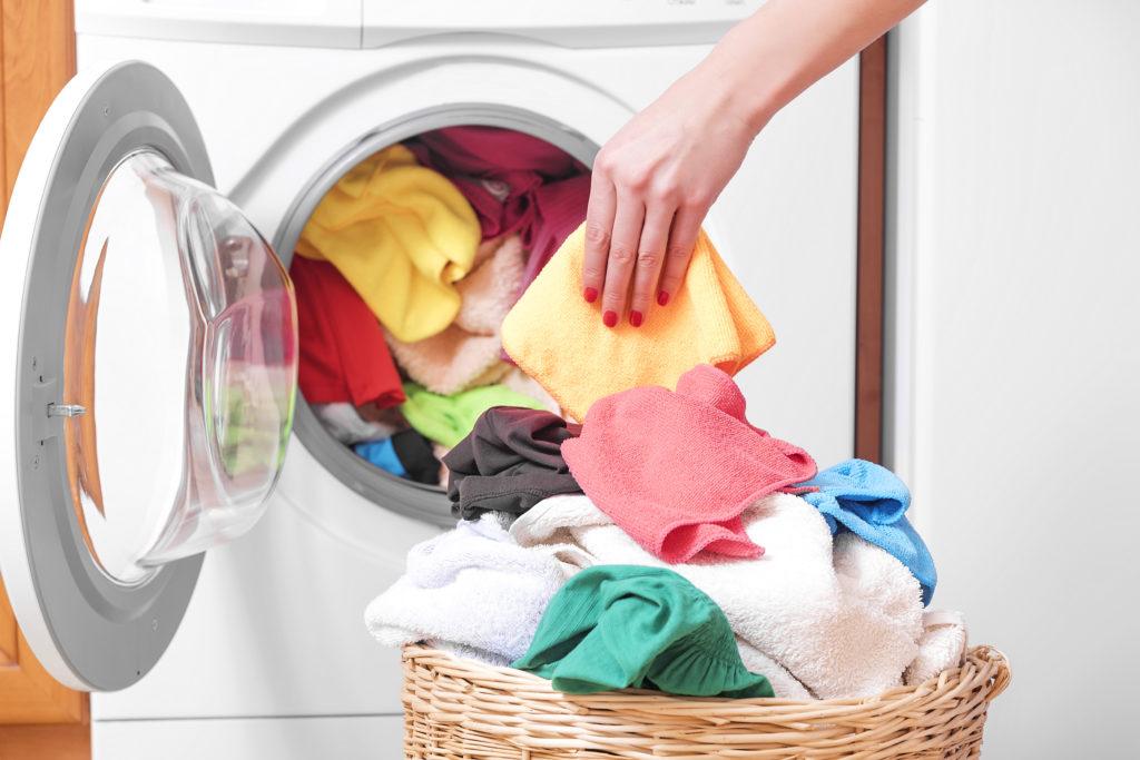 Um eine weitere Ausbreitung der Läuse zu verhindern, müssen Bettwäsche, Handtücher, Kleidung etc. möglichst heiß gewaschen werden. (Bild: TR/fotolia.com)