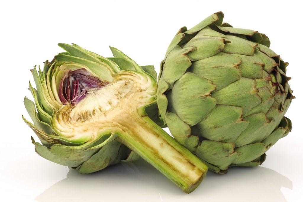 Die Artischocke enthält bestimmte sekundäre Pflanzenstoffe, welche die Produktion von Gallensaft steigern. (Bild: tpzijl/fotolia.com)