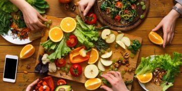 Rheuma-Patienten sollten mehrmals am Tag Gemüse und Obst essen. (Bild: Prostock-studio/fotolia.com)