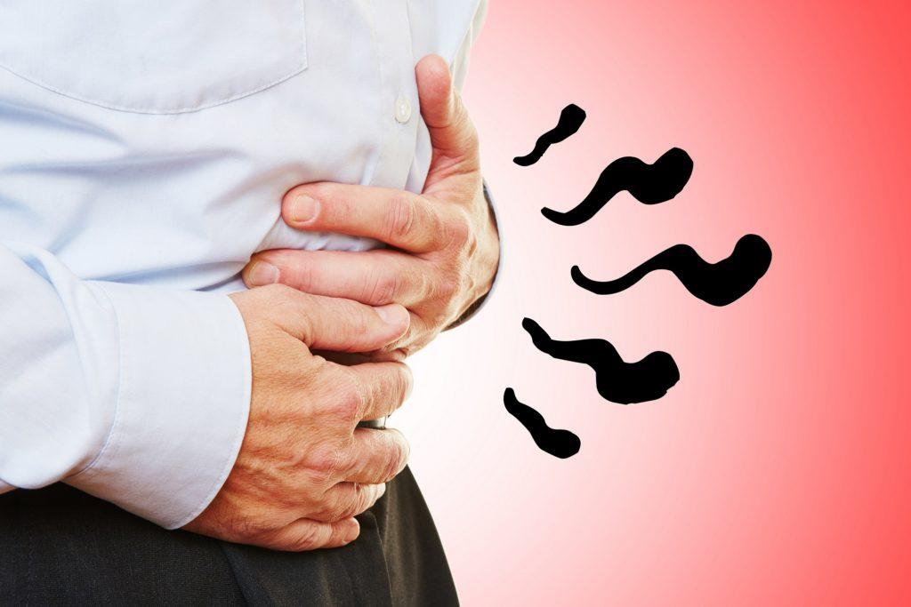 Mann hält sich grummelnden Magen