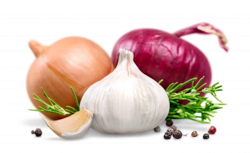 Zwiebeln und Knoblauch wird eine heilende Wirkung bei Parasiten-Befall nachgesagt. (Bild: BillionPhotos.com/fotolia.com)