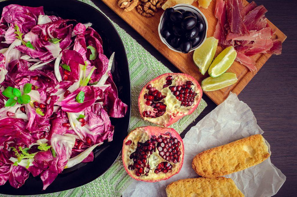 Eine leichte Vorspeise mit Radicchio oder Chicorée kann den Verdauungsprozess unterstützen. (Bild: Nelly Kovalchuk/fotolia.com)