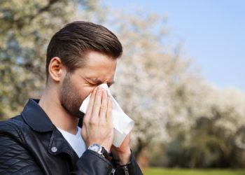Heuschnupfen kann mit vielfältigen Beschwerden verbunden sein. Typisch sind zum Beispiel ständiges Niesen, tränende Augen und eine permanent laufende Nase. (Bild: mkrberlin/fotolia.com)