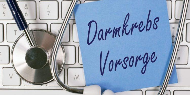 Tastatur, auf der ein Stethoskop und ein Zettel mit der Aufschrift Darmkrebs-Vorsorge liegt