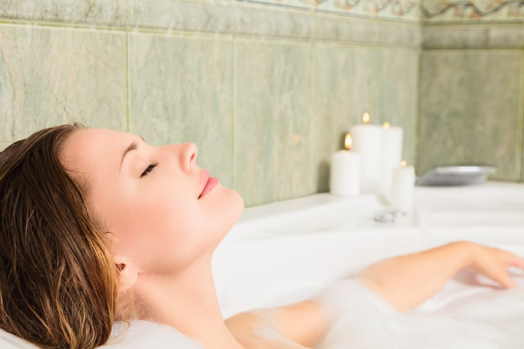 Ein entspannendes Rosmarin-Bad regt den Kreislauf an und hilft bei niedrigem Blutdruck. (Bild: srady/fotolia.com)
