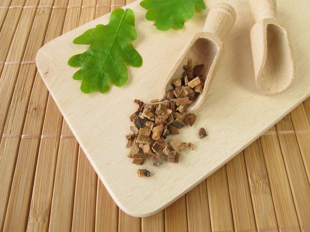 In Eichenrinde-Tee getränkte Kompressen wirken antiseptisch und können den Juckreiz lindern. (Bild: Heike Rau/fotolia.com)