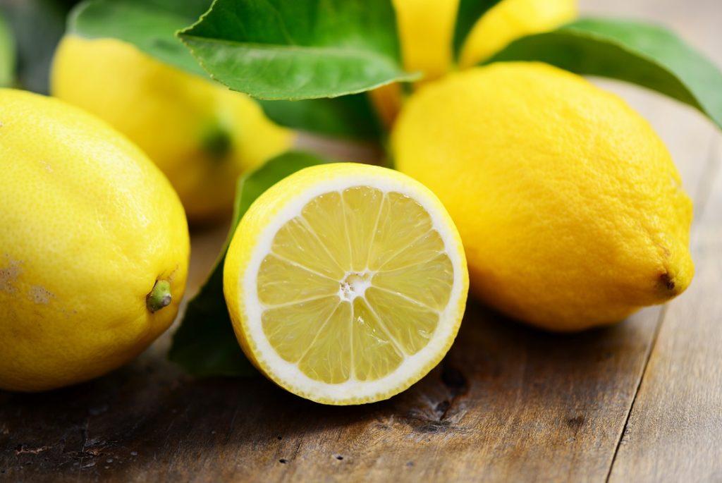 Wird einem schlecht, kann das Riechen an einer frisch aufgeschnittenen Zitrone helfen. (Bild: photocrew/fotolia.com)