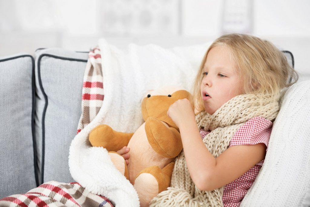 Bei einem Pseudokruppanfall ist es wichtig, das Kind zu beruhigen und dafür zu sorgen, dass es besser atmen kann. (Bild: Africa Studio/fotolia.com)