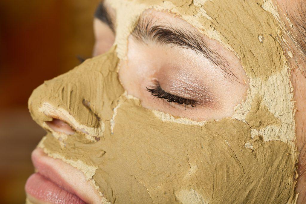 Frau hat Maske aus Heilerde