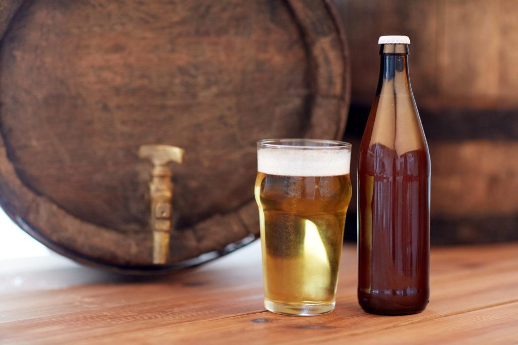 Bier in einem Glas, Flasche und Bierfaß