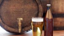 Bier ist ein alt bewährtes Hausmittel gegen fettige, strähnige Haare. (Bild: Syda Productions/fotolia.com)