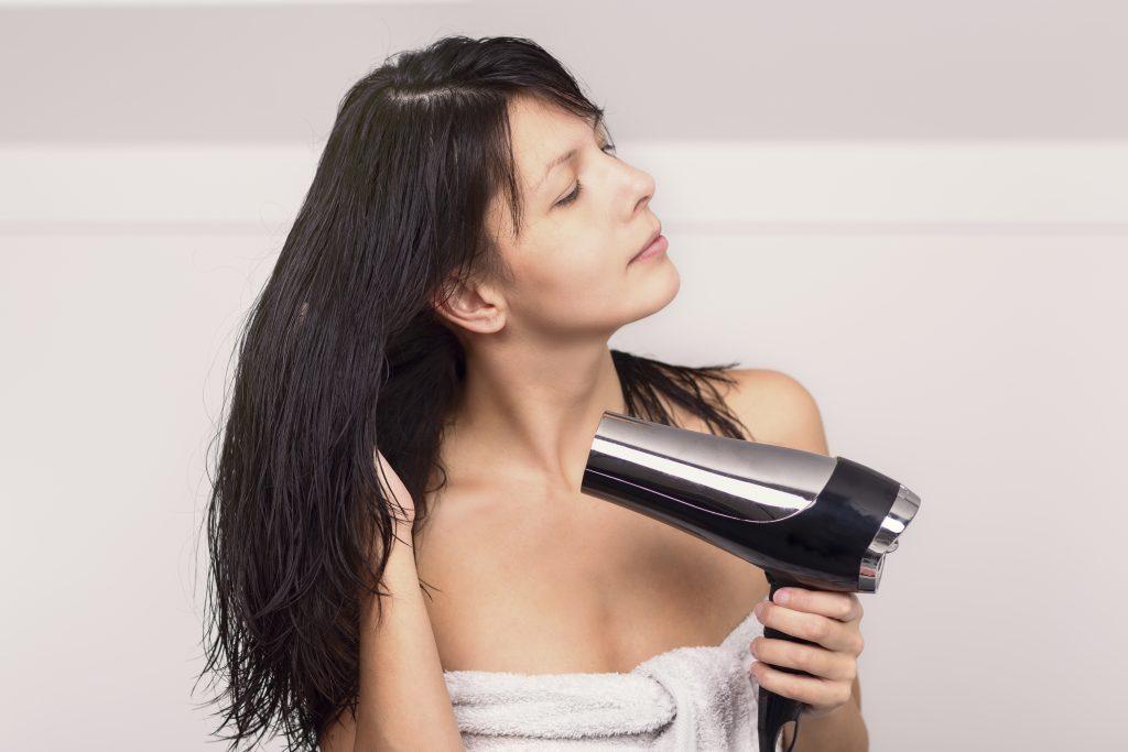 Auf Föhnen, Haare waschen mit heißem Wasser und Stylingprodukte sollte bei fettigem Haar besser verzichtet werden. (Bild: Lars Zahner/fotolia.com)