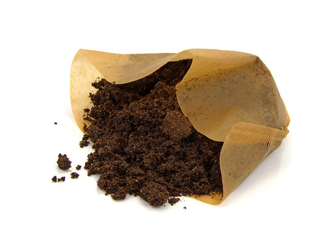 Kaffefilter mit nassem Kaffeesatz