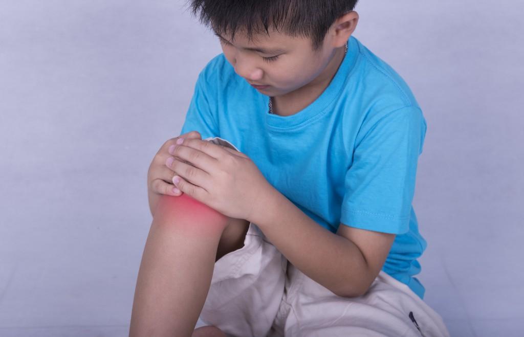 Knieschmerzen sind eine besonders häufige Form der Beinschmerzen. (Bild: SENTELLO/fotolia.com)