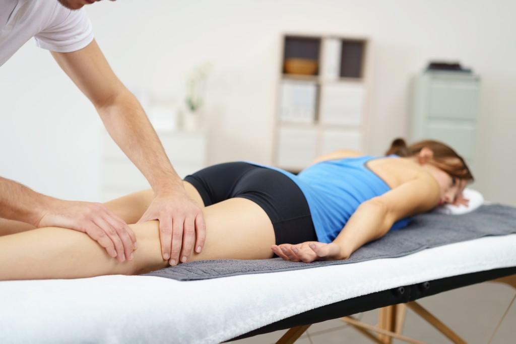 Manuelle Therapien können bei zahlreichen Ursachen der Beinschmerzen eingesetzt werden. (Bild: contrastwerkstatt/fotolia.com)