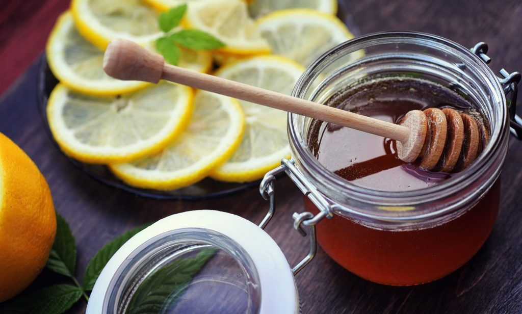 Morgendlich ein Glas Honigwasser hält viele Krankheiten fern und hilft beim Abnehmen