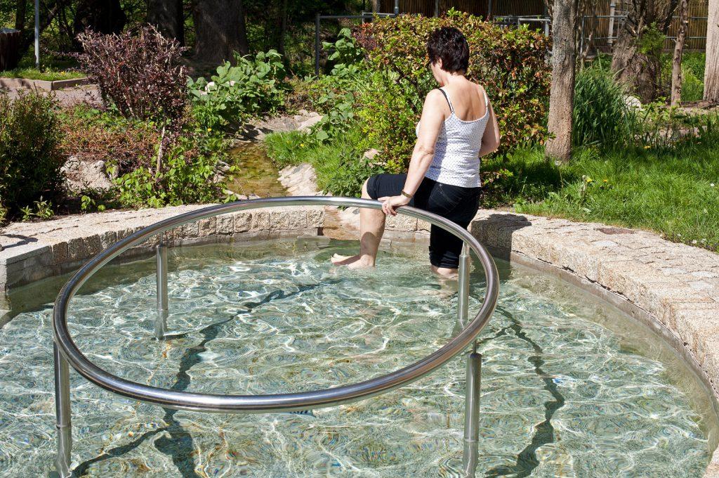 Das berühmte Wasser treten kann auch ganz einfach in der heimischen Badewanne durchgeführt werden. (Bild: Jenny Sturm/fotolia.de)