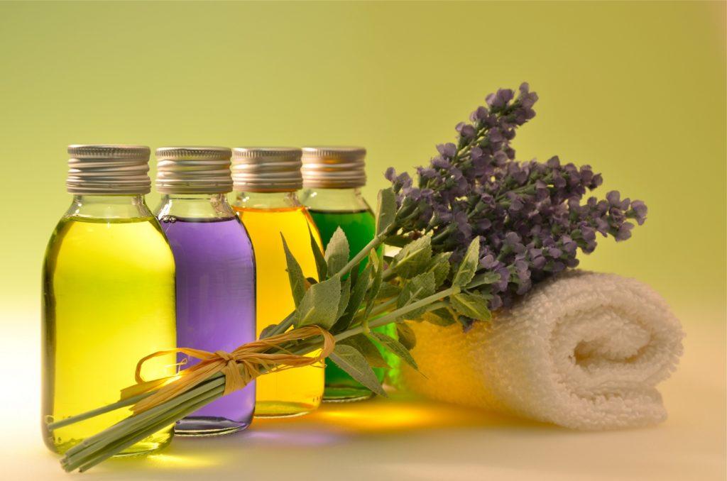 Ein Bein-Wickel mit ätherischen Ölen  und Lavendel