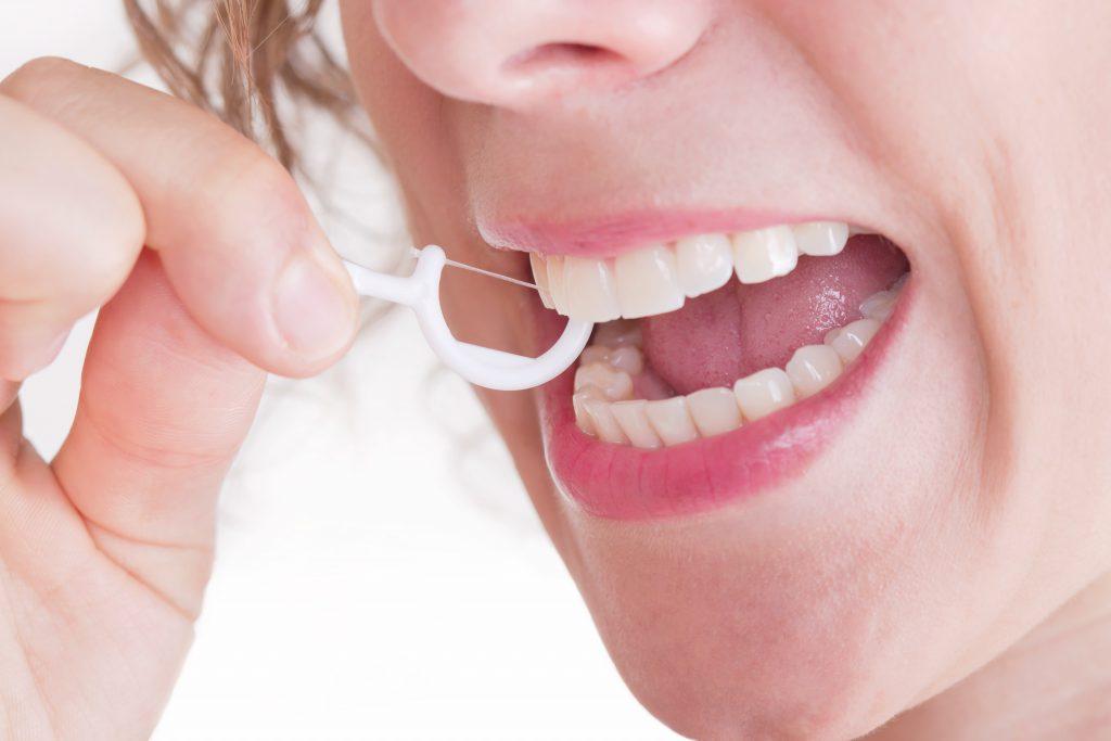 Eine sorgfältige Mundhygiene ist bei schlechtem Atem unerlässlich. Dazu gehört neben dem regelmäßigen Zähneputzen auch das Reinigen der Zahnzwischenräume und der Zunge. (Bild: Jeanette Dietl/fotolia.com)